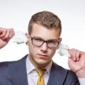 Bien souvent, les parents apprennent à leur enfant à se nettoyer l'oreille à l'aide d'un coton-tige : or, c'est déconseillé !